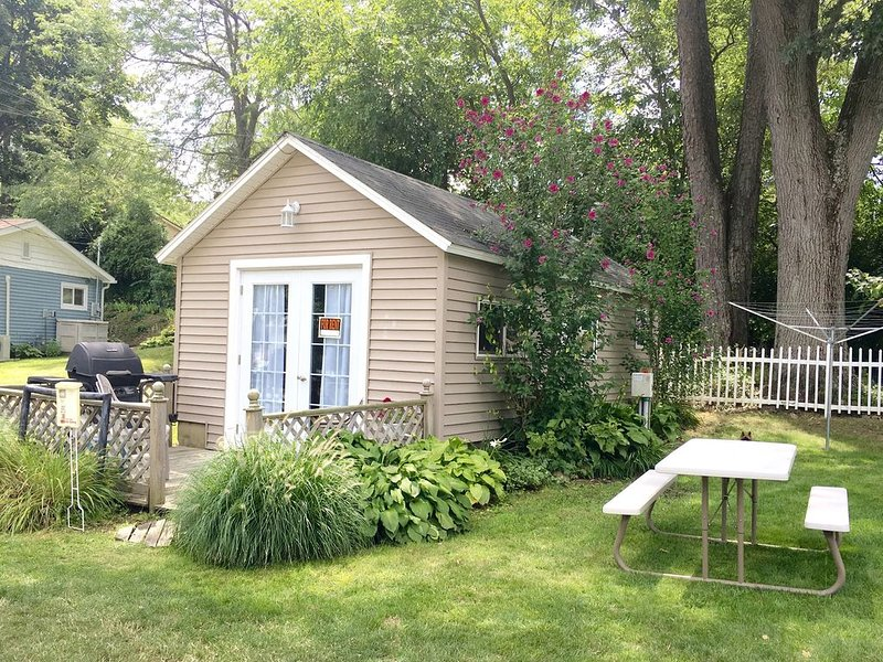 Simple & Fun Studio Cottage, holiday rental in Coldwater