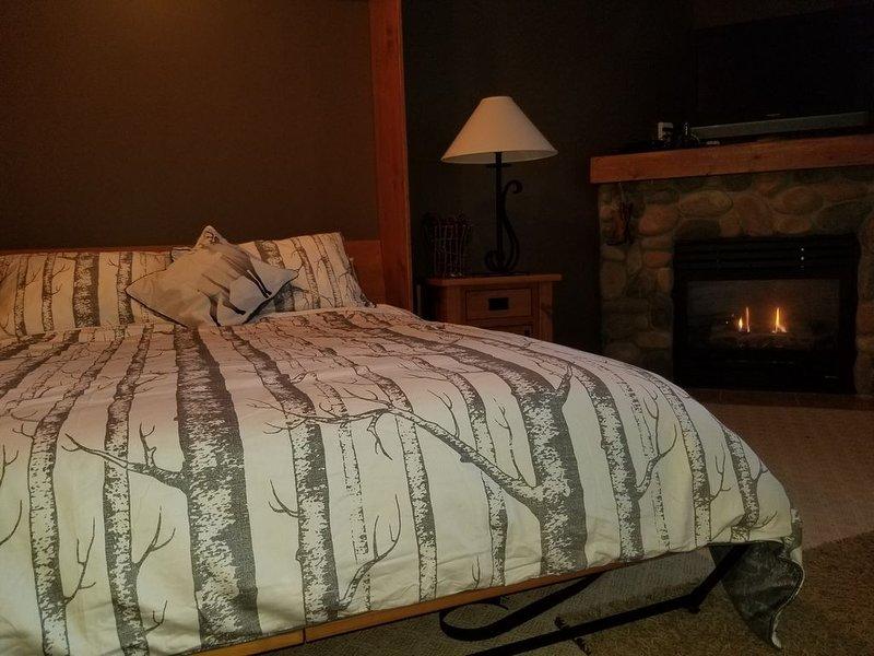 Ski In/Ski Out Modern Condo, holiday rental in Silver Star