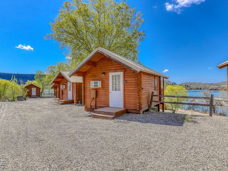 Simple, dry cabin w/ on-site mini-golf, shared dock/marina - two dogs welcome!, holiday rental in Electric City