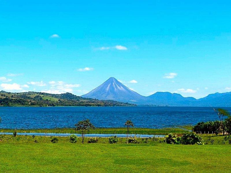Villas in Gorgeous Lakegardens by Mystical Lake & Volcan Arenal, alquiler de vacaciones en Aguacate
