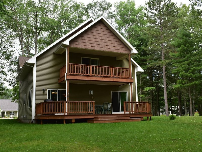 Spectacular Lake House Getaway!, alquiler de vacaciones en Harrisville