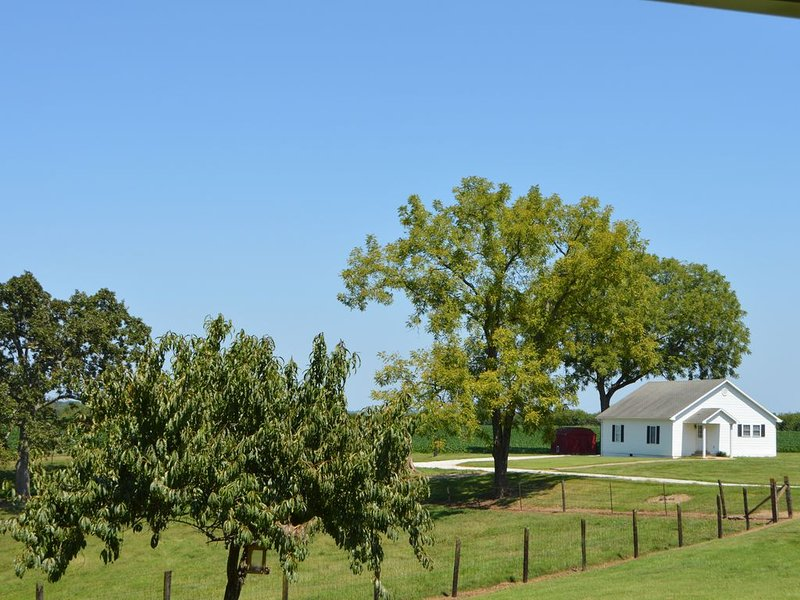 Cozy Farmhouse Near Mammoth Cave & Bowling Green, holiday rental in Alvaton