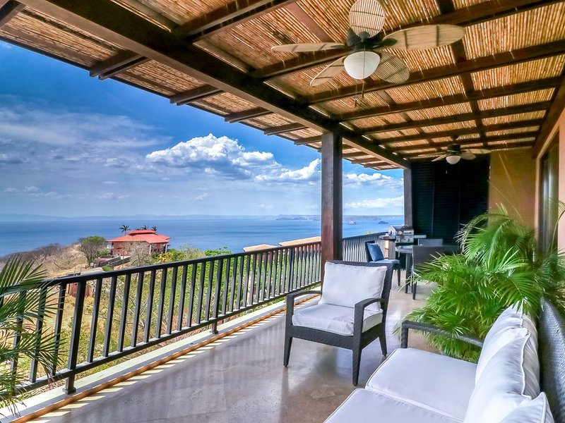 Family-friendly condo w/ocean views, shared pool - near the beach & restaurants!, vacation rental in Nuevo Colon