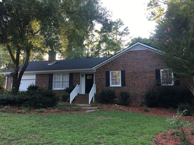Newly Renovated House in Athens! 5 miles from Sanford Stadium!, casa vacanza a Athens