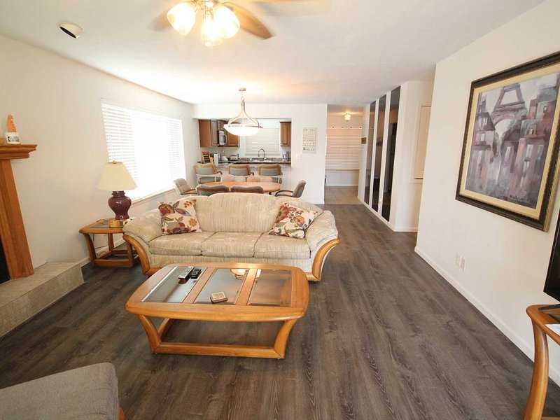 Walk in Unit, No Steps!, New flooring! New Kitchen, New Bathrooms! 14x40 Slips a, holiday rental in Linn Creek