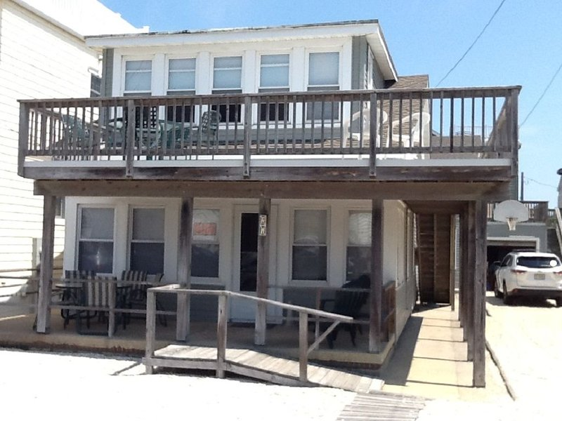 Comfy & Airy 2 Bedroom 2nd floor Apartment with great deck 4th from Ocean, casa vacanza a Surf City