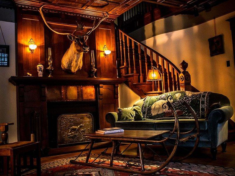 Exquisite cozy rustic Rocky Mountain retreat, alquiler vacacional en Bragg Creek