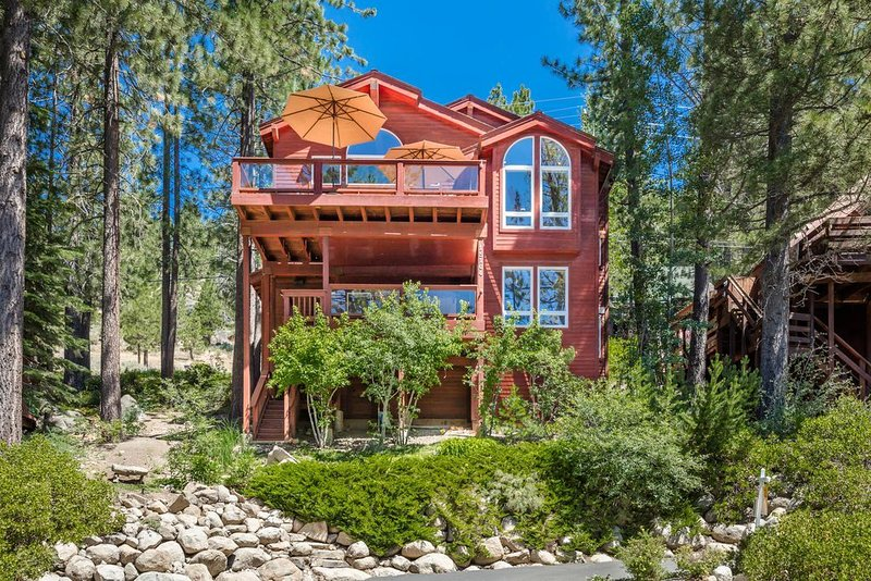 Paradise Awaits! Steps away from lake, 180 degree views!, holiday rental in Norden