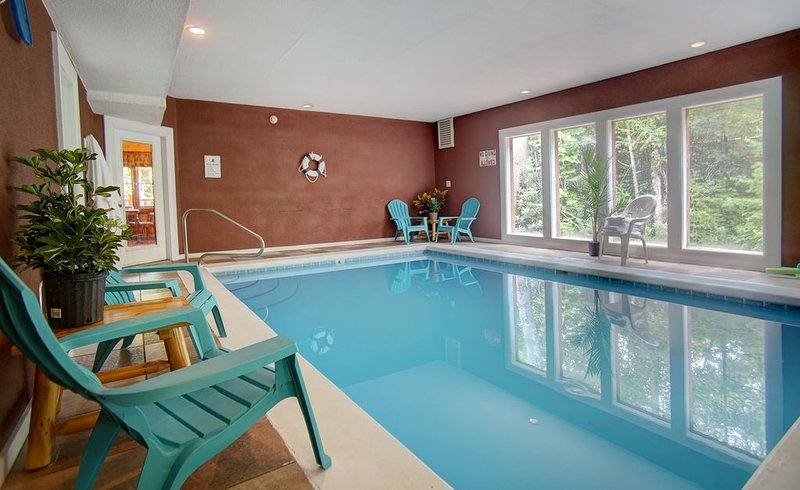 LARGE SECLUDED CABIN WITH A HEATED INDOOR SWIMMING POOL, FIRE PIT AND THEATER, vacation rental in Cosby