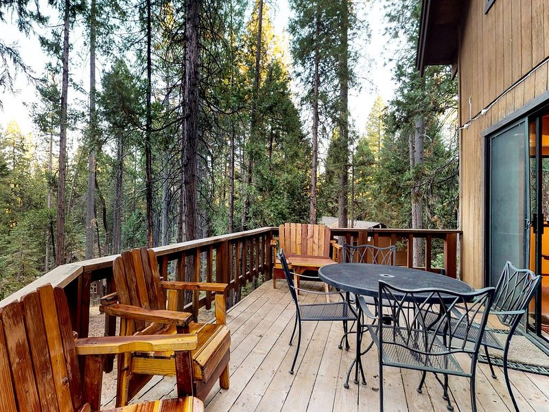 Large cabin with shared pool and lake access near ski resorts, holiday rental in Arnold