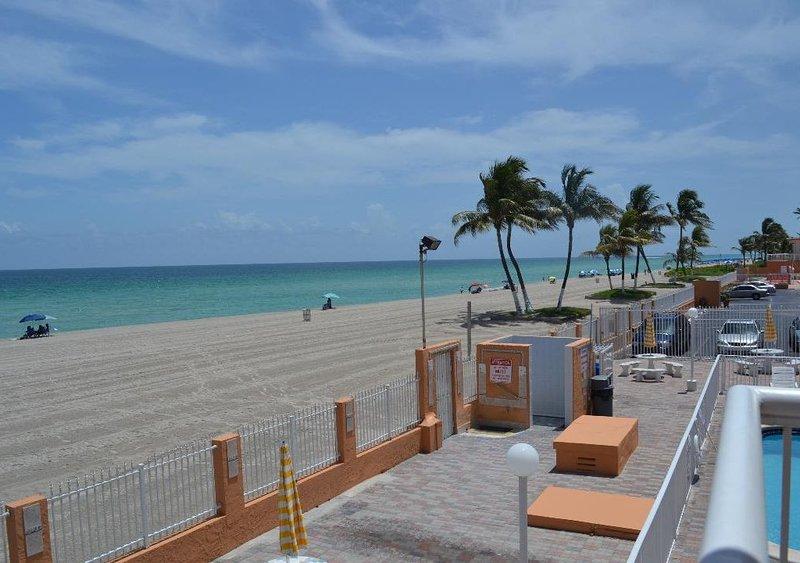 Tropical and Cozy at the beach., casa vacanza a Sunny Isles Beach
