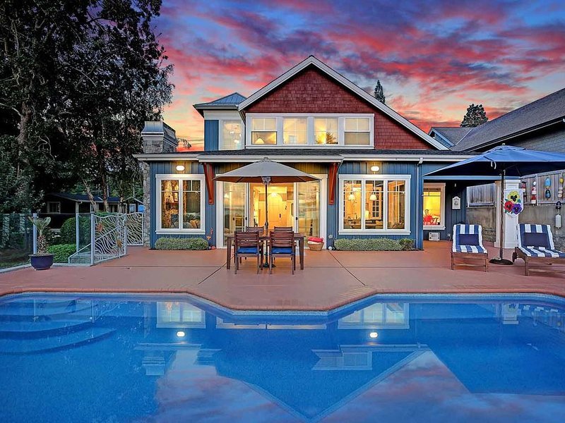 Private pool, waterfront property, kayaks, sunset views, and a luxurious home, casa vacanza a Stanwood
