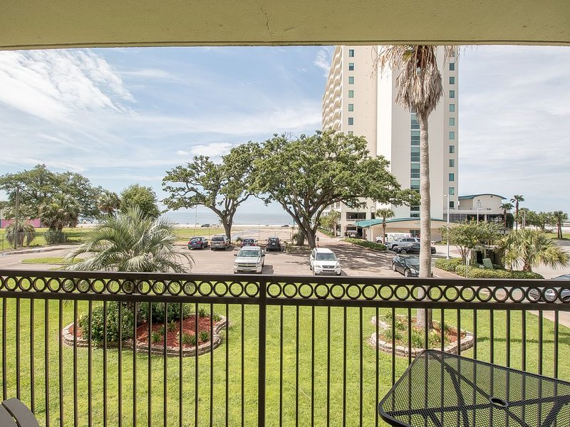 *PEACE, LOVE, & SANDY FEET*  A pretty view of the Gulf, Beach, & Palms!, vacation rental in Biloxi