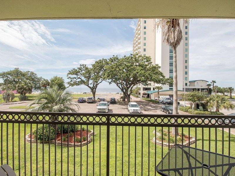 *PEACE, LOVE, & SANDY FEET*  A pretty view of the Gulf, Beach, & Palms! – semesterbostad i Biloxi