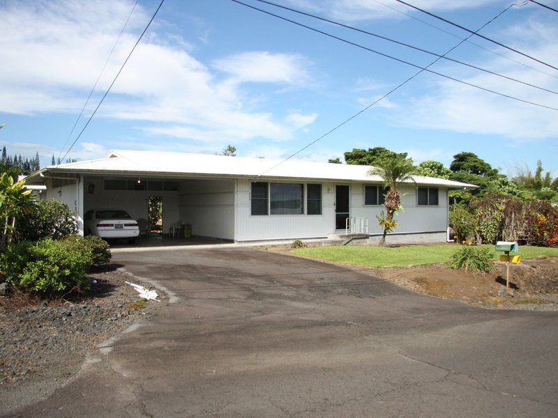 Three bedroom remodeled home in older residential neighborhood of Hilo., casa vacanza a Kurtistown