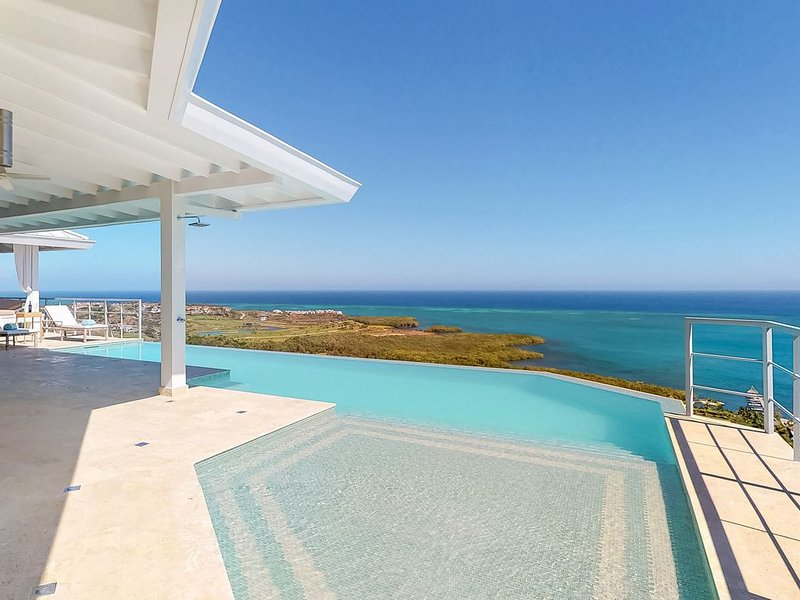 Two houses w/ private infinity pool, incredible sea views, grill & hammocks!, alquiler vacacional en French Harbour