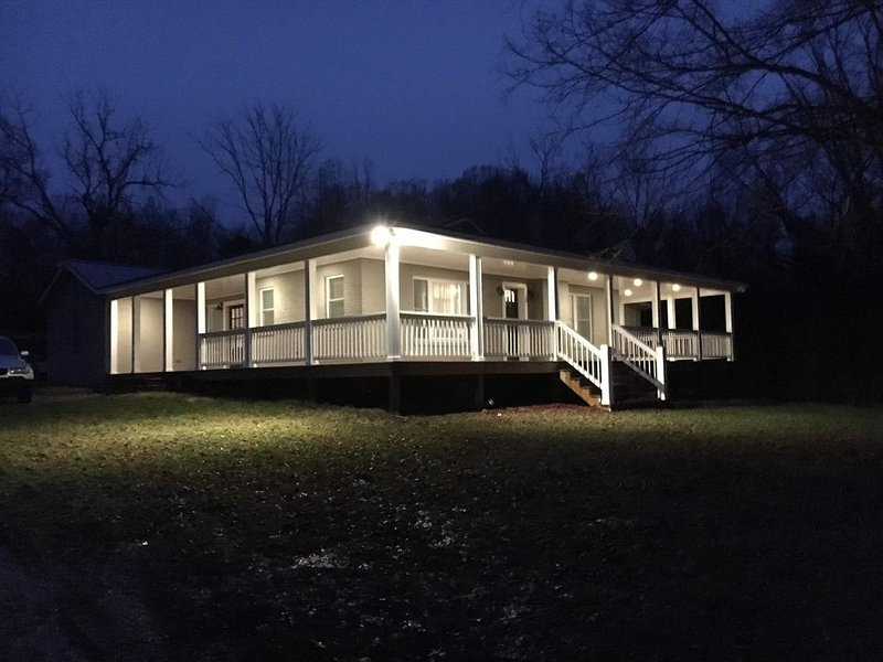 Newly Remodeled French Country Cottage on Horse Farm with RV/ Boat hookup, holiday rental in Vonore