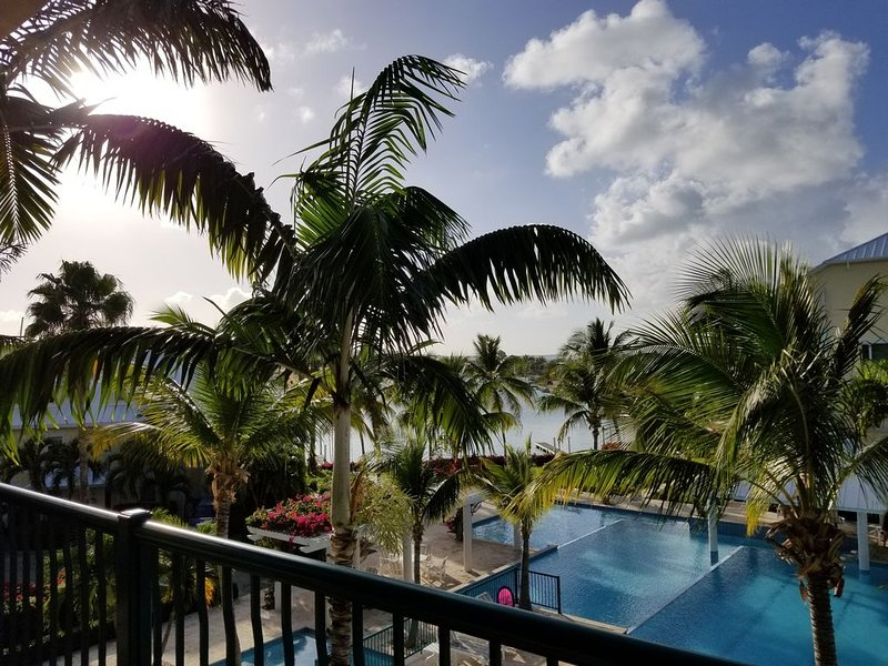 2 BR - Gorgeous Views of Grace Bay and Turtle Cove Marina, location de vacances à The Bight Settlement