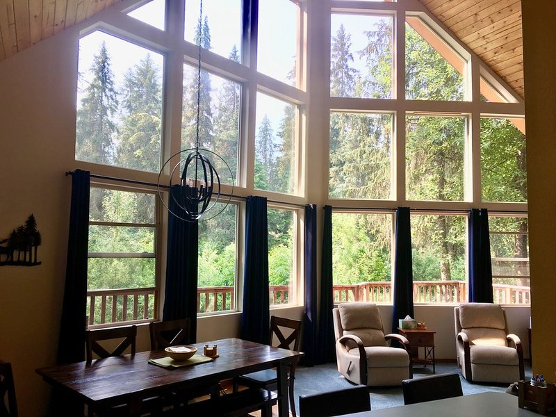 Mountainside Chalet - Walk to Alyeska lifts, food & trails!, holiday rental in Girdwood