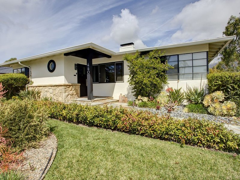 Beautiful House for the Indoor/Outdoor Life Style! Close to the Center of town., casa vacanza a Goleta