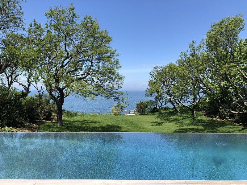 Beautiful Sound Front Home w Private Beach, Infinity Pool, Waterfall, Sauna, alquiler vacacional en Mattituck