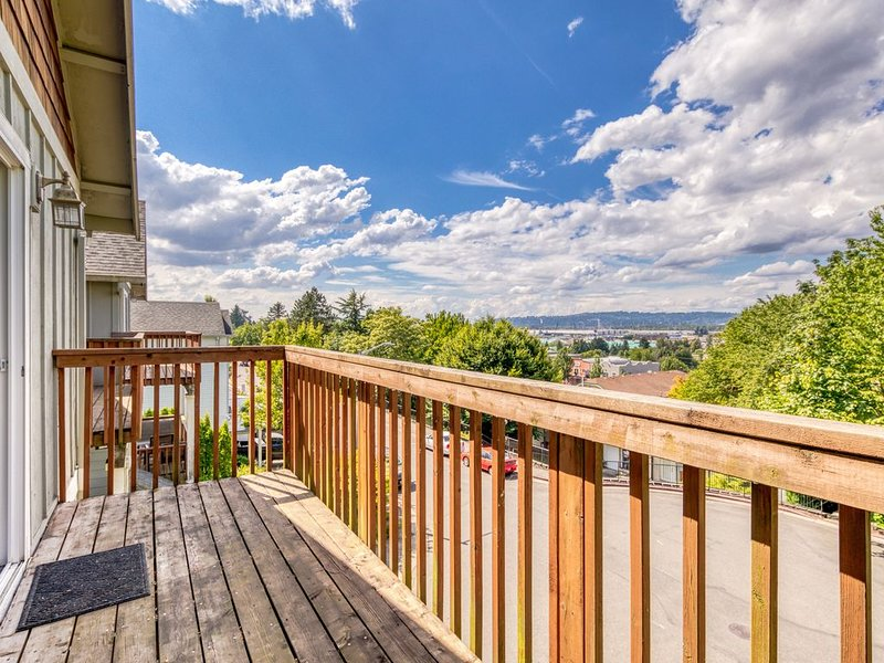 New listing! Townhome w/ deck & great view - near the Columbia Gorge!, holiday rental in Sandy