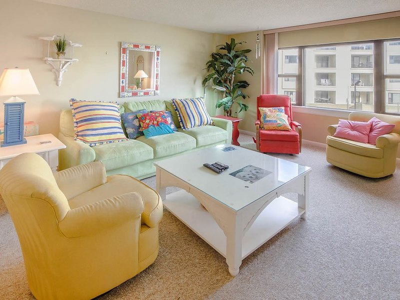 This bright and colorful 'beachy' condo is perfect for those seeking the sun!, alquiler vacacional en Indian Beach