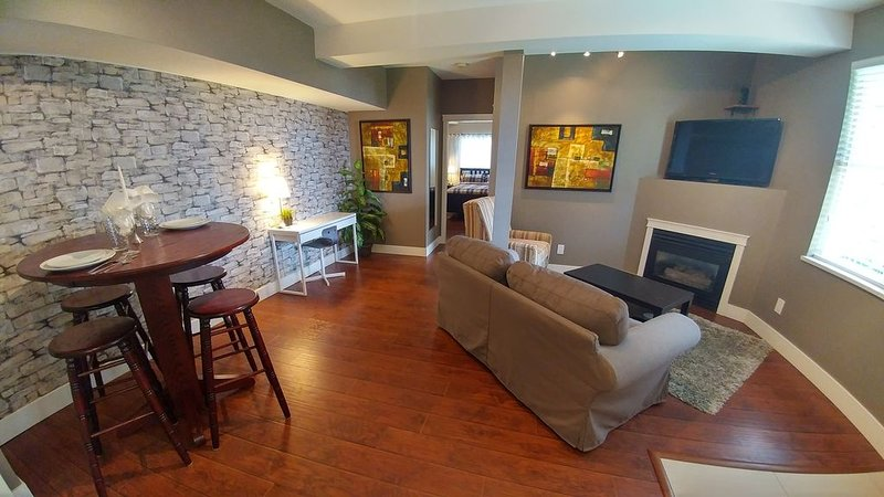 2bdrm Suite in Executive Home with Sweeping Mountain and Valley Views, holiday rental in Abbotsford