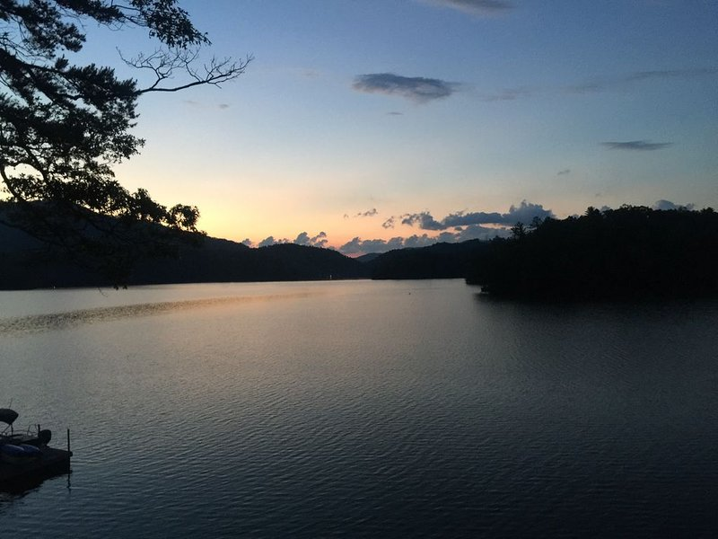 Spectacular Home and Views on Lake Santeetlah, NC, alquiler de vacaciones en Robbinsville