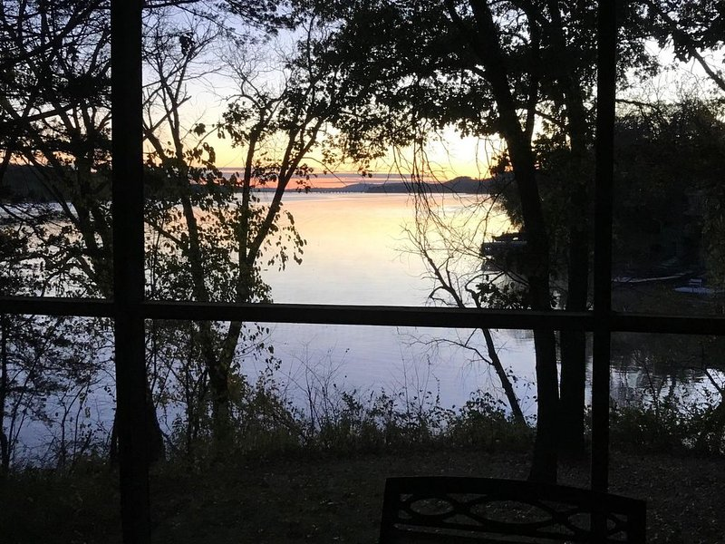 Lake Wisconsin Family Lake Home with great views, beach access, pier., holiday rental in Merrimac