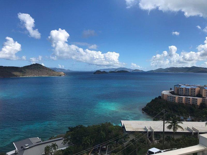 Newly Updated! 1BR/1BA with Spectacular Views from Balcony -Top Floor Condo, alquiler de vacaciones en Smith Bay