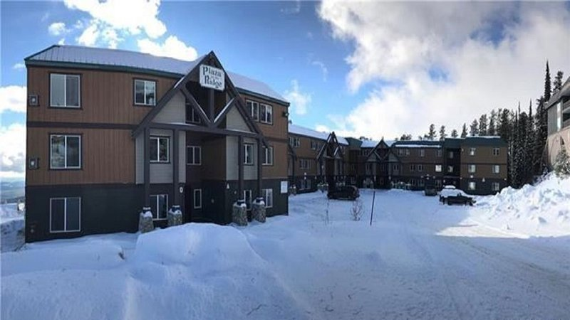 Executive 3 bedroom 1 bath ski in/ ski out - sleeps 8, holiday rental in Big White