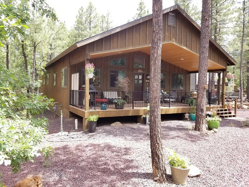 SPECTACULAR NEWLY BUILT CUSTOM HOME WITH SPACIOUS FRONT DECK FOR RELAXING!, holiday rental in Apache County