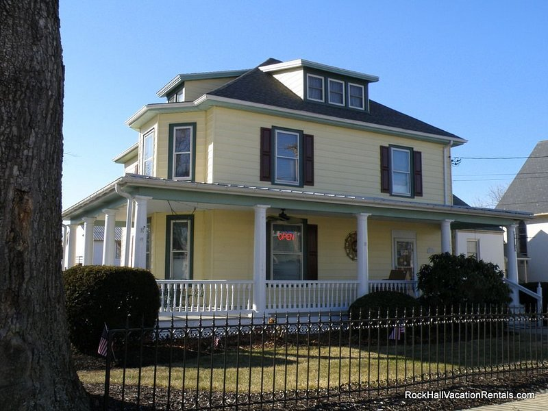 The Lodge on Main Street, a Victorian Apartment, walk to everything!, holiday rental in Centreville