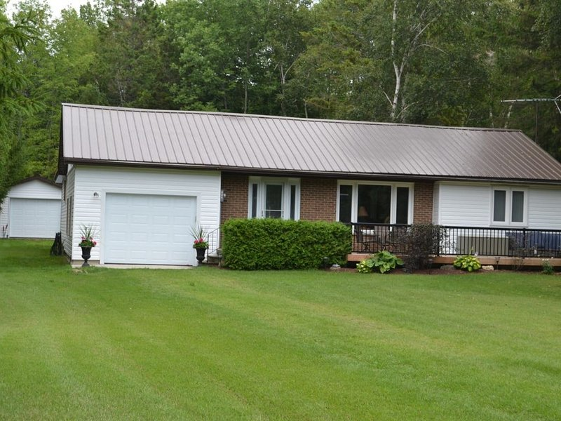 Spacious 4-Bedroom Family Friendly Cottage, alquiler de vacaciones en Bruce County