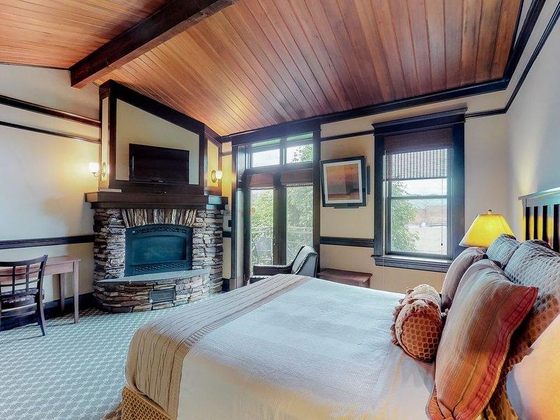Romantic spa tub room w/ private balcony & downtown views!, location de vacances à Pateros