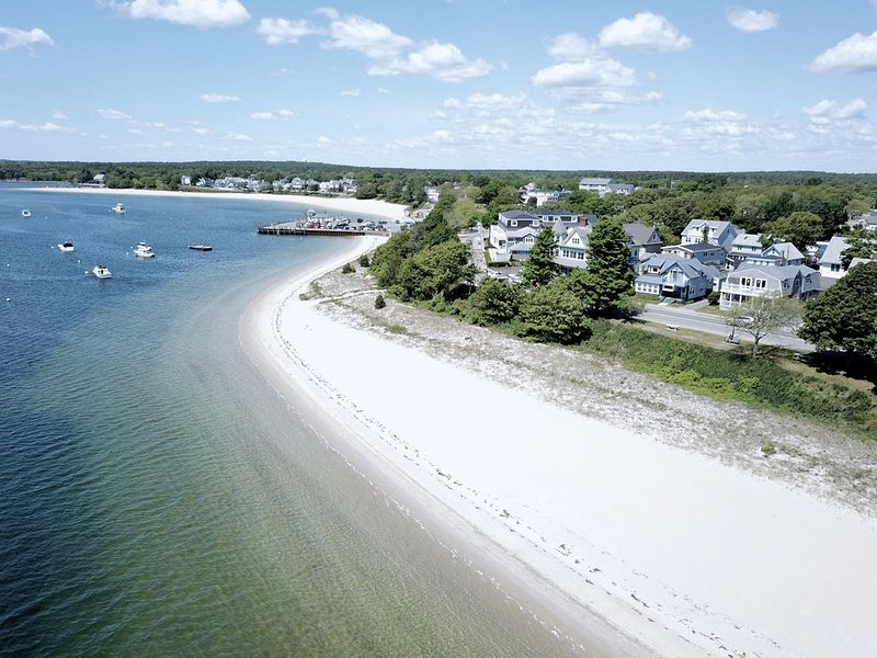 The Summer Wind. Water Views & Steps to Beach, location de vacances à Buzzards Bay