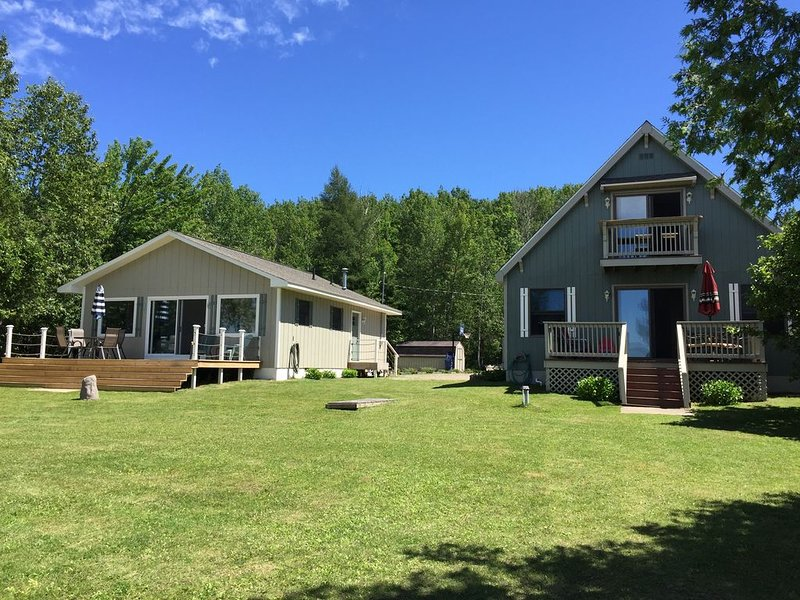 Remodeled Cottage on Crooked Lake- Sleeps  8, holiday rental in Petoskey