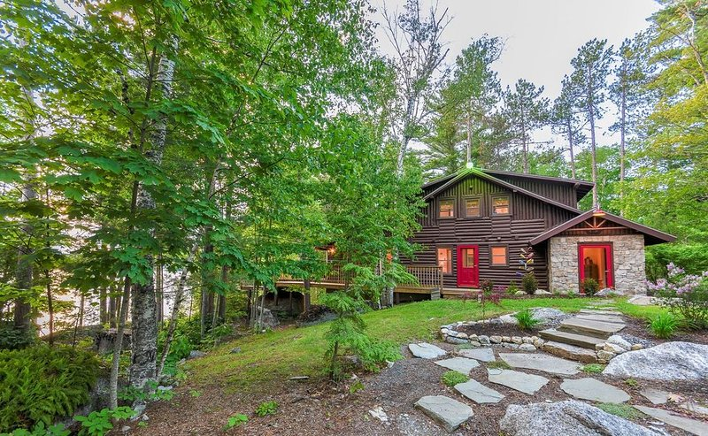 Cozy Log Cabin on Beautiful Phillips Lake near Bar Harbor and Camden, location de vacances à Bradley