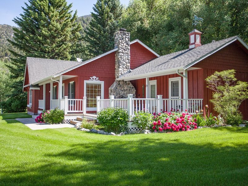 Picturesque Paradise Valley Homestead aka the 'Red House at Carters Bridge', vacation rental in Livingston