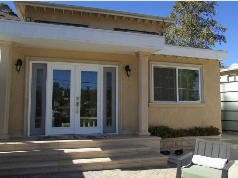 Spacious Modern Backhouse with Private Patio, vacation rental in Glendale