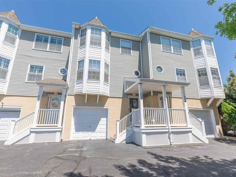 City living at the beach - Townhouse Near Everything!, holiday rental in West Cape May