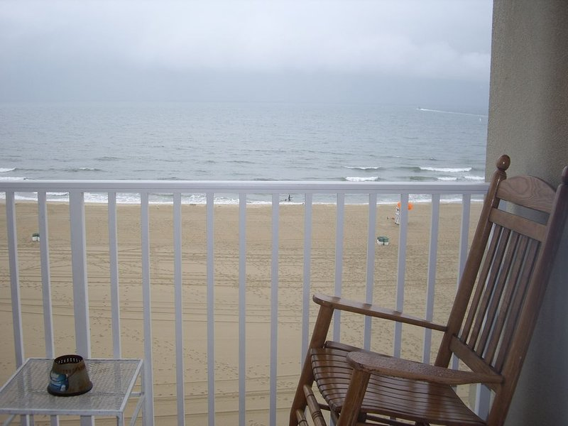 3 BDs,2 Ba  direct oceanfront in Resort Area  w Pool at Dolphin Run of VA Beach, alquiler de vacaciones en Virginia Beach