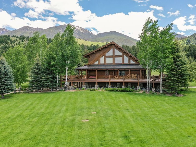 Luxury log home nestled in the mountains with creek & pond, year round rental, holiday rental in Pray