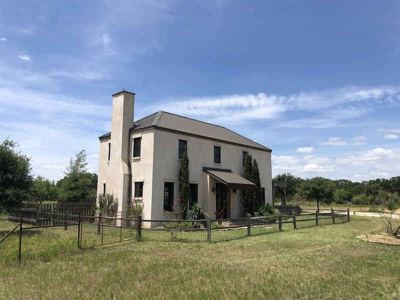 The Villa at Spotted Sheep Farms - 8 Acres, 3 miles to downtown, close to wine!, vacation rental in Fredericksburg