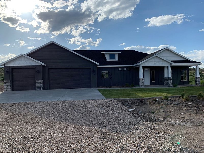 Mountain Serenity - BRAND NEW HOME!, casa vacanza a Panguitch