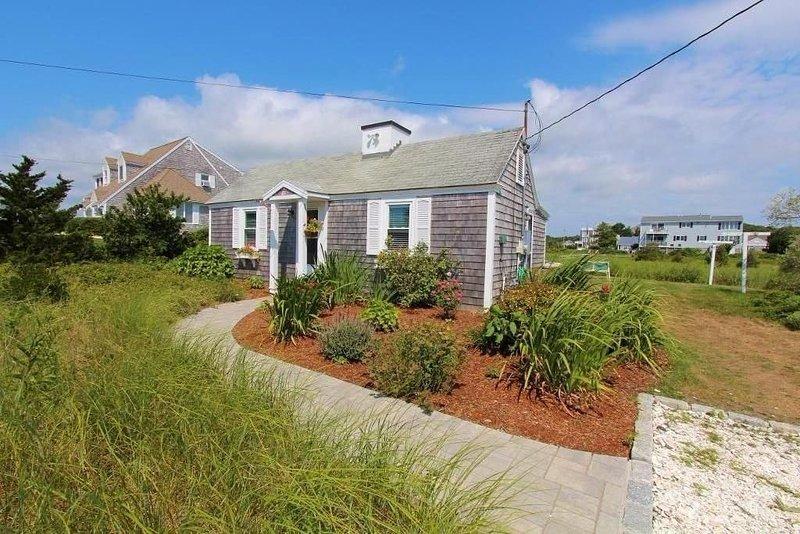 Charming Cottage, Steps From Craigville Beach., location de vacances à West Hyannisport