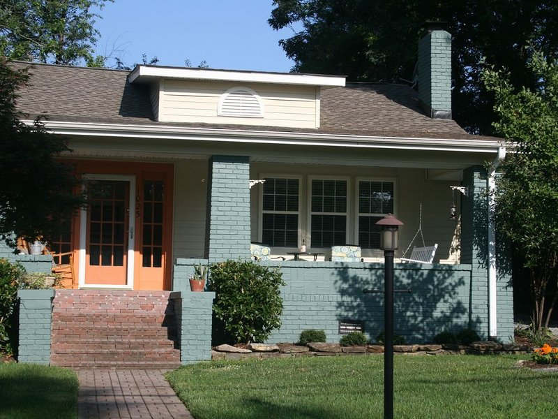 The White Hare Bungalow Downtown Hendersonville, NC, holiday rental in Laurel Park