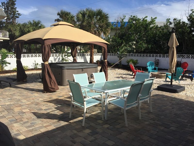 BIG SURF - Very large Beach Home with Hot Tub — 5 Star Rated !, Ferienwohnung in Ormond Beach