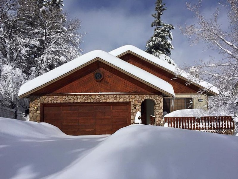 Homey Big Bear Mountain Retreat Family and Pet Friendly, alquiler de vacaciones en Sugarloaf